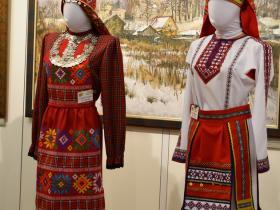 Удмуртский и мордовский женские костюмы