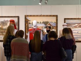 Экскурсия по выставке костюмов народов России