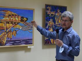 Сергей Бушков проводит экскурсию по выставке своих работ