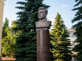 Тугаринова С. Г. - бюст Якову Павловичу Шкетану